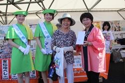 抽選会で特賞の磐梯熱海温泉旅館宿泊券を当選された方と記念撮影